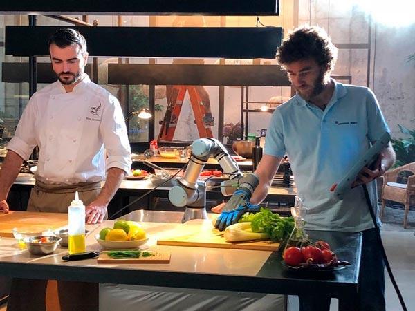 Cobot en el papel de un asistente de cocina en el anuncio de Naturgy
